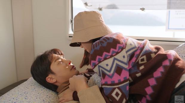 Mới lần đầu đụng độ, Hoàng Yến Chibi đã vội ngã nhào vào lòng trai đẹp Sung Hoon ở tập 1 Siêu Sao Mờ Ám - Ảnh 4.