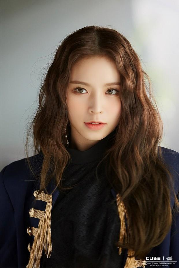 Cube đăng ký bản quyền CLC trước khi 1 thành viên kiện công ty: Netizen chê bẩn tính, nhớ lại cảnh B2ST và T-ara bị ngáng đường - Ảnh 1.