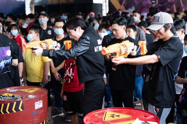 Dàn sao eSports đổ bộ sự kiện Free Fire All Star: ViruSs đọ súng với QTV, Bác Gấu ôm fan cực thân thiện - Ảnh 4.