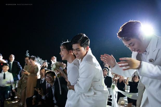 Điềm báo từ đám cưới Đông Nhi: Ngô Thanh Vân đã né nhưng vẫn nhận hoa cưới, đúng 1 năm sau dính tin hẹn hò Huy Trần - Ảnh 3.