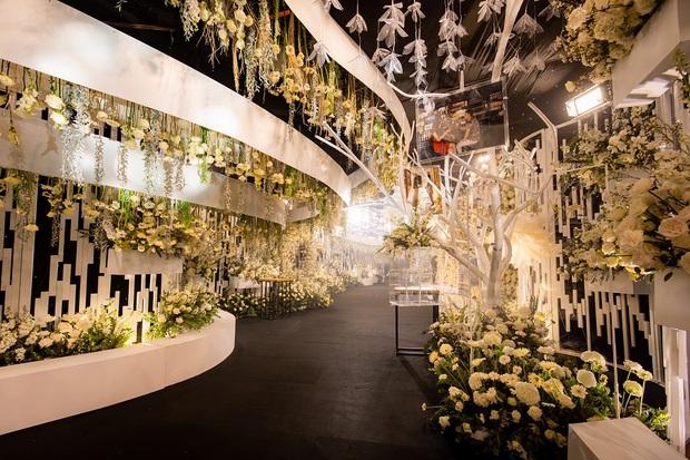 Siêu đám cưới tổ chức cùng địa điểm với Công Phượng - Viên Minh, nguyên hoa tươi nhập khẩu đã 5 tấn và thân phận bí ẩn của cô dâu, chú rể - Ảnh 4.