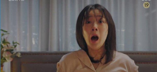 Bà cả Lee Ji Ah cao tay tống cổ cả tiểu tam và chồng tồi vào tù ở Penthouse tập 19 - Ảnh 7.