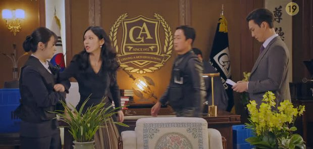 Bà cả Lee Ji Ah cao tay tống cổ cả tiểu tam và chồng tồi vào tù ở Penthouse tập 19 - Ảnh 16.