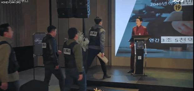 Bà cả Lee Ji Ah cao tay tống cổ cả tiểu tam và chồng tồi vào tù ở Penthouse tập 19 - Ảnh 17.