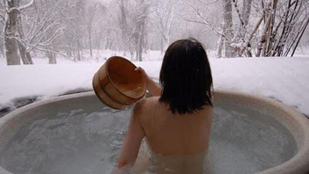 Người phụ nữ làm việc này 2 lần mỗi ngày để giữ ấm vào mùa đông, hậu quả phải gánh chịu là mắc bệnh của người già - Ảnh 1.