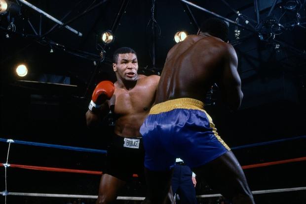 Choáng với sức mạnh ở tuổi 19 của Mike Tyson: Tung một đấm khiến đối thủ đo ván, bay ra góc đài - Ảnh 2.
