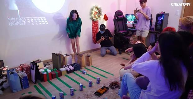 Linh Ngọc Đàm mở tiệc tại gia cùng hội streamer đình đám: BronzeV khiến cộng đồng há hốc mồm vì đập hộp trúng quà cực kỳ nhạy cảm - Ảnh 2.