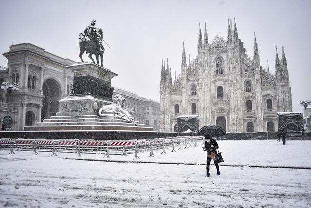Tuyết rơi dày đi kèm nỗi lo bùng phát COVID-19 tại nhiều nước châu Âu - Ảnh 1.