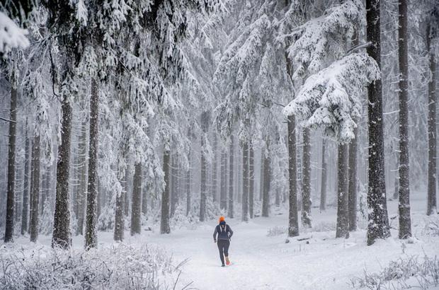 Tuyết rơi dày đi kèm nỗi lo bùng phát COVID-19 tại nhiều nước châu Âu - Ảnh 2.