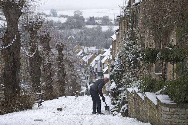 Tuyết rơi dày đi kèm nỗi lo bùng phát COVID-19 tại nhiều nước châu Âu - Ảnh 3.