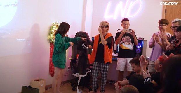 Linh Ngọc Đàm mở tiệc tại gia cùng hội streamer đình đám: BronzeV khiến cộng đồng há hốc mồm vì đập hộp trúng quà cực kỳ nhạy cảm - Ảnh 5.