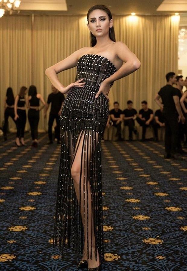 Võ Hoàng Yến gây choáng với bức ảnh đôi chân dài như kiếm Nhật, cười xỉu vì biểu cảm của nữ MC đứng cạnh - Ảnh 3.