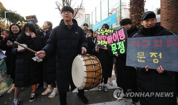 """Học sinh Hàn Quốc đi thi Đại học: Trang bị """"võ trang đầy đủ"""", thi nhưng không quên ngăn ngừa dịch bệnh - Ảnh 1."""