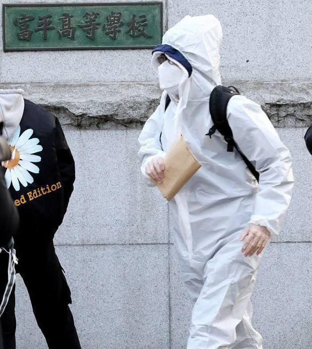 """Học sinh Hàn Quốc đi thi Đại học: Trang bị """"võ trang đầy đủ"""", thi nhưng không quên ngăn ngừa dịch bệnh - Ảnh 3."""