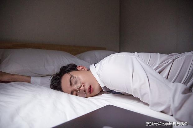 Nam giới tuổi thọ ngắn thường có 4 điểm chung khi ngủ, nếu mắc phải cả 4 thì đã đến lúc bạn nên đi khám sức khỏe - Ảnh 1.