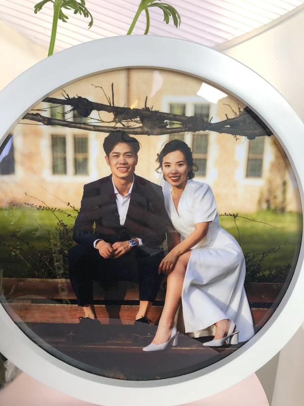 Lộ ảnh cưới hiếm của Công Phượng và Viên Minh: Cô dâu chú rể chỉ cần tựa vào nhau, bình dị mà sao nhìn muốn GATO thế này? - Ảnh 2.