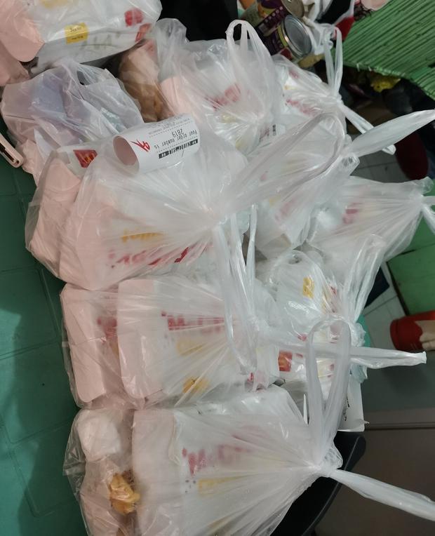Mạng lag, bé gái 7 tuổi chốt đơn nhầm nhọt, 42 anh shipper áo hồng với full combo gà rán, khoai tây... náo loạn cả khu phố - Ảnh 5.
