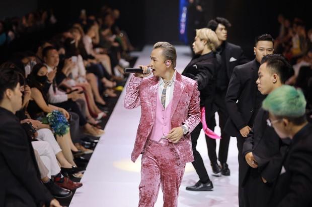 Soi tai nghe màu hồng cực bắt mắt của Binz trên sàn diễn Fashion Week, hoá ra cũng là hàng thửa giống Sơn Tùng M-TP - Ảnh 1.
