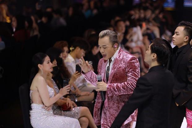 Soi tai nghe màu hồng cực bắt mắt của Binz trên sàn diễn Fashion Week, hoá ra cũng là hàng thửa giống Sơn Tùng M-TP - Ảnh 3.
