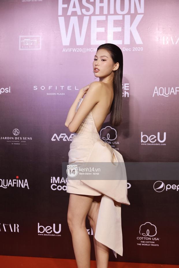 Á hậu Ngọc Thảo mang biểu cảm sắc lạnh nổi tiếng lên thảm đỏ, Khánh Linh gây sốt với mẫu khẩu trang độc lạ tại Aquafina Vietnam International Fashion Week ngày 1 - Ảnh 8.