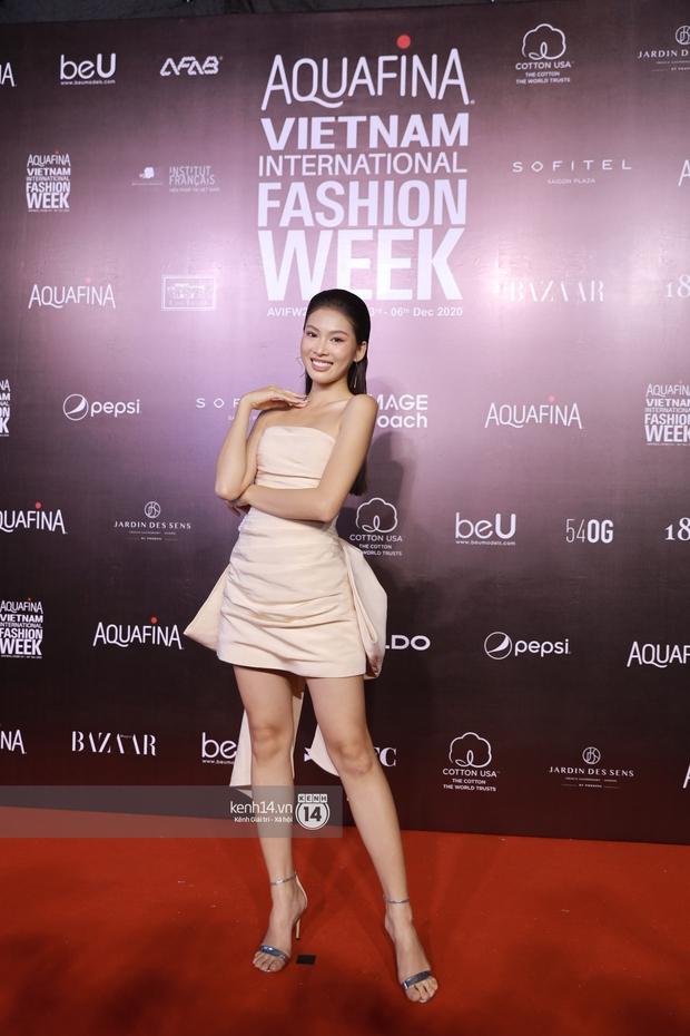 Á hậu Ngọc Thảo mang biểu cảm sắc lạnh nổi tiếng lên thảm đỏ, Khánh Linh gây sốt với mẫu khẩu trang độc lạ tại Aquafina Vietnam International Fashion Week ngày 1 - Ảnh 9.