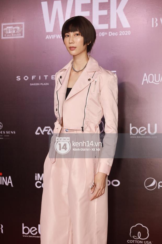 Á hậu Ngọc Thảo mang biểu cảm sắc lạnh nổi tiếng lên thảm đỏ, Khánh Linh gây sốt với mẫu khẩu trang độc lạ tại Aquafina Vietnam International Fashion Week ngày 1 - Ảnh 24.