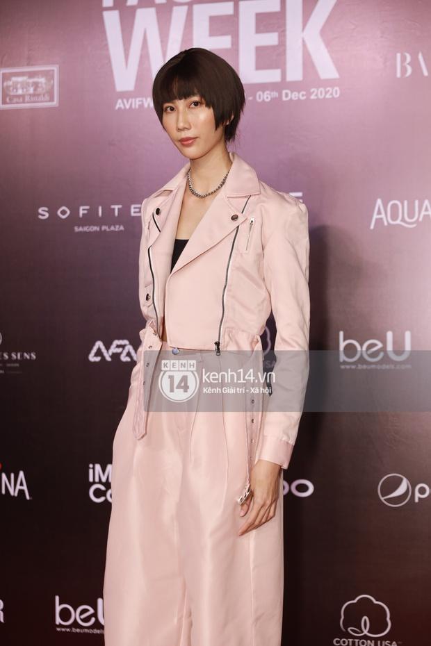 Á hậu Ngọc Thảo mang biểu cảm sắc lạnh nổi tiếng lên thảm đỏ, Khánh Linh gây sốt với mẫu khẩu trang độc lạ tại Aquafina Vietnam International Fashion Week ngày 1 - Ảnh 23.