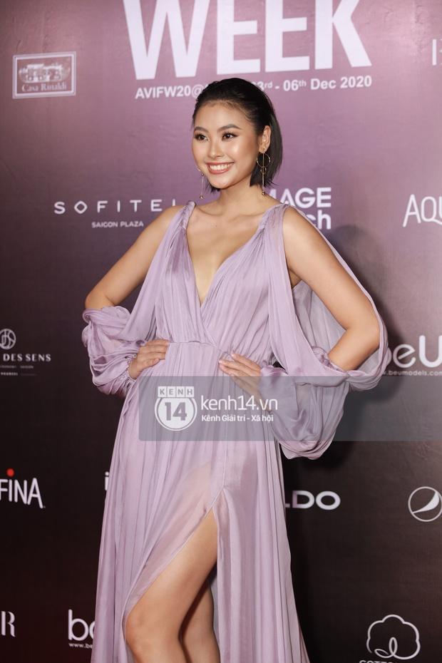 Á hậu Ngọc Thảo mang biểu cảm sắc lạnh nổi tiếng lên thảm đỏ, Khánh Linh gây sốt với mẫu khẩu trang độc lạ tại Aquafina Vietnam International Fashion Week ngày 1 - Ảnh 22.