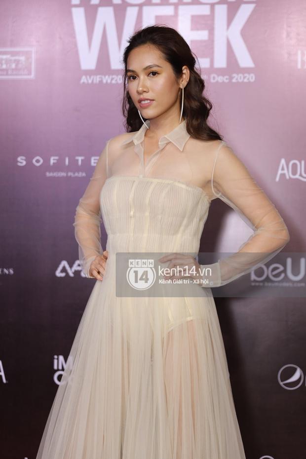 Á hậu Ngọc Thảo mang biểu cảm sắc lạnh nổi tiếng lên thảm đỏ, Khánh Linh gây sốt với mẫu khẩu trang độc lạ tại Aquafina Vietnam International Fashion Week ngày 1 - Ảnh 12.
