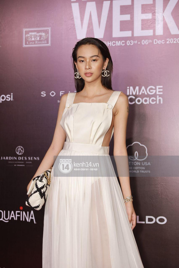Á hậu Ngọc Thảo mang biểu cảm sắc lạnh nổi tiếng lên thảm đỏ, Khánh Linh gây sốt với mẫu khẩu trang độc lạ tại Aquafina Vietnam International Fashion Week ngày 1 - Ảnh 13.