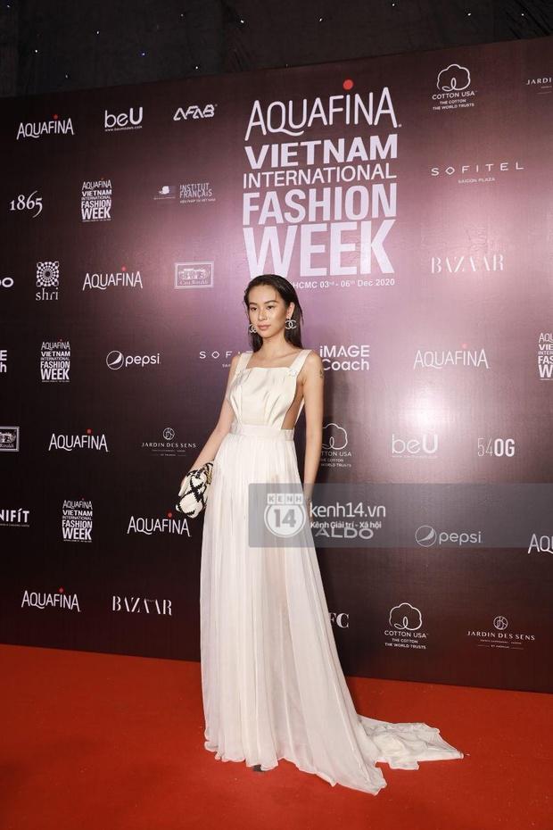 Á hậu Ngọc Thảo mang biểu cảm sắc lạnh nổi tiếng lên thảm đỏ, Khánh Linh gây sốt với mẫu khẩu trang độc lạ tại Aquafina Vietnam International Fashion Week ngày 1 - Ảnh 14.