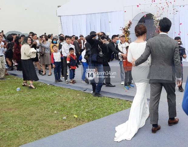 Lộ ảnh cưới hiếm của Công Phượng và Viên Minh: Cô dâu chú rể chỉ cần tựa vào nhau, bình dị mà sao nhìn muốn GATO thế này? - Ảnh 4.