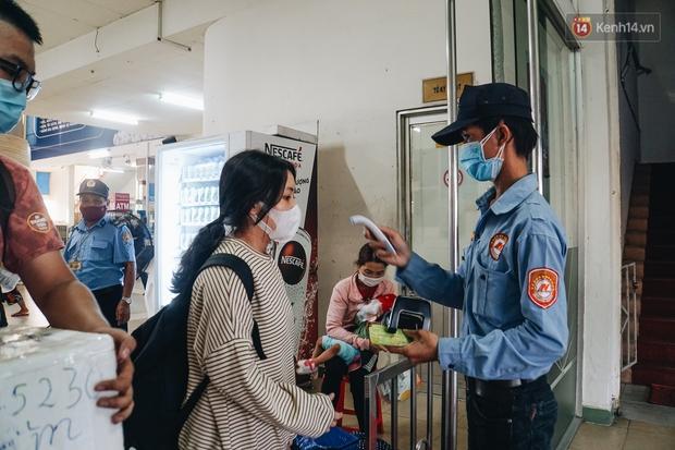 Nhiều sinh viên ở Sài Gòn tranh thủ về quê vì được nghỉ học, bến xe Miền Đông tái kích hoạt phòng chống dịch Covid-19 - Ảnh 11.