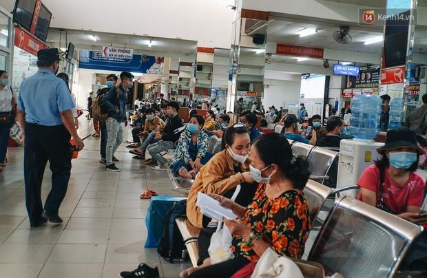 Nhiều sinh viên ở Sài Gòn tranh thủ về quê vì được nghỉ học, bến xe Miền Đông tái kích hoạt phòng chống dịch Covid-19 - Ảnh 6.