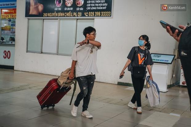 Nhiều sinh viên ở Sài Gòn tranh thủ về quê vì được nghỉ học, bến xe Miền Đông tái kích hoạt phòng chống dịch Covid-19 - Ảnh 9.
