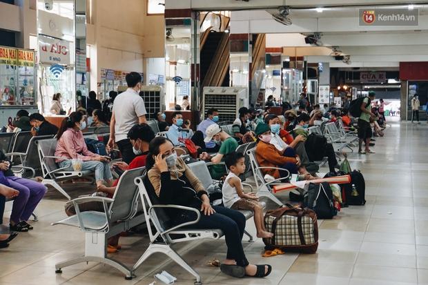 Nhiều sinh viên ở Sài Gòn tranh thủ về quê vì được nghỉ học, bến xe Miền Đông tái kích hoạt phòng chống dịch Covid-19 - Ảnh 3.