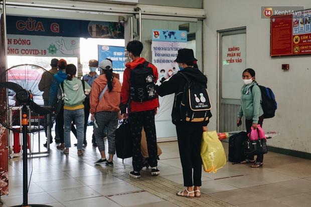 Nhiều sinh viên ở Sài Gòn tranh thủ về quê vì được nghỉ học, bến xe Miền Đông tái kích hoạt phòng chống dịch Covid-19 - Ảnh 10.