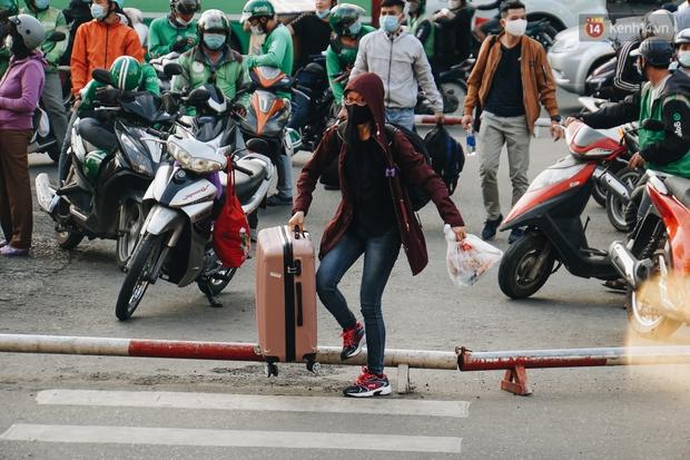 Nhiều sinh viên ở Sài Gòn tranh thủ về quê vì được nghỉ học, bến xe Miền Đông tái kích hoạt phòng chống dịch Covid-19 - Ảnh 1.