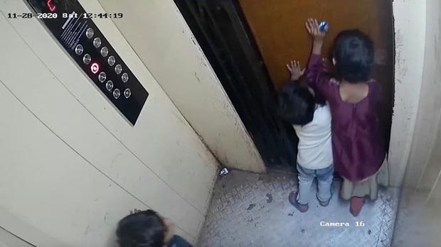 Ba đứa trẻ cùng đi thang máy, cậu bé 5 tuổi bị mắc kẹt lại ở cửa rồi tử vong thương tâm, cảnh tượng những giây cuối trước tai nạn gây ám ảnh - Ảnh 1.