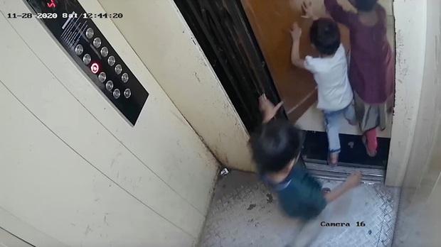 Ba đứa trẻ cùng đi thang máy, cậu bé 5 tuổi bị mắc kẹt lại ở cửa rồi tử vong thương tâm, cảnh tượng những giây cuối trước tai nạn gây ám ảnh - Ảnh 2.