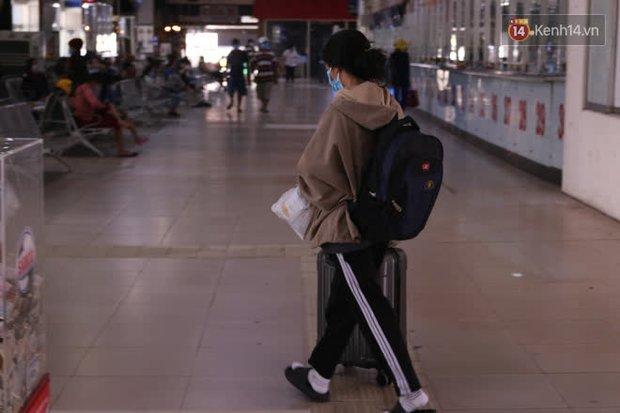 Sinh viên TP.HCM khẩu trang kín mít, lỉnh kỉnh hành lý về quê vì nghỉ học - Ảnh 2.