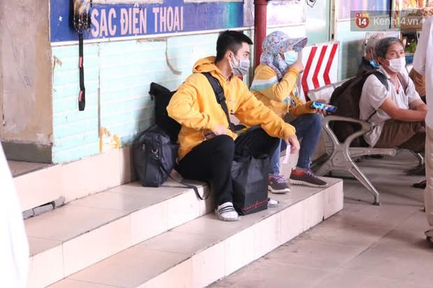 Sinh viên TP.HCM khẩu trang kín mít, lỉnh kỉnh hành lý về quê vì nghỉ học - Ảnh 3.