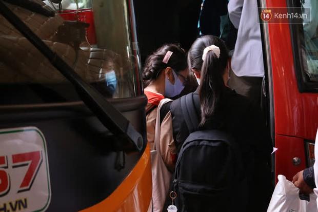 Sinh viên TP.HCM khẩu trang kín mít, lỉnh kỉnh hành lý về quê vì nghỉ học - Ảnh 4.