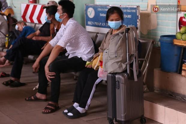 Sinh viên TP.HCM khẩu trang kín mít, lỉnh kỉnh hành lý về quê vì nghỉ học - Ảnh 5.