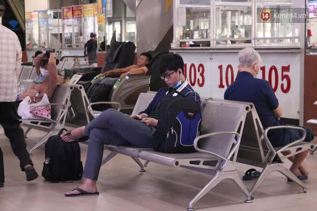 Sinh viên TP.HCM khẩu trang kín mít, lỉnh kỉnh hành lý về quê vì nghỉ học - Ảnh 6.