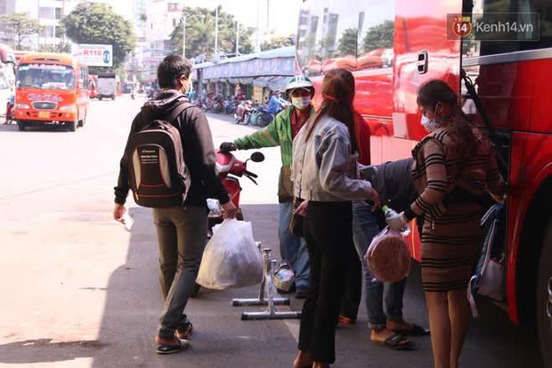 Sinh viên TP.HCM khẩu trang kín mít, lỉnh kỉnh hành lý về quê vì nghỉ học - Ảnh 8.