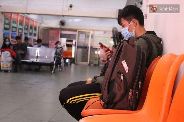 Sinh viên TP.HCM khẩu trang kín mít, lỉnh kỉnh hành lý về quê vì nghỉ học - Ảnh 11.