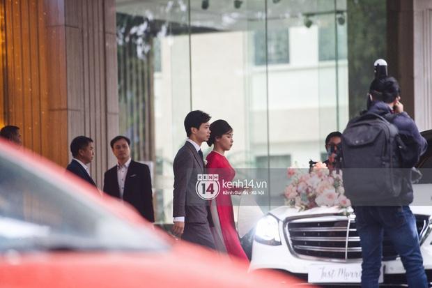 Vì sao vợ Công Phượng lại cầm nón che bụng trong đám cưới? - Ảnh 2.