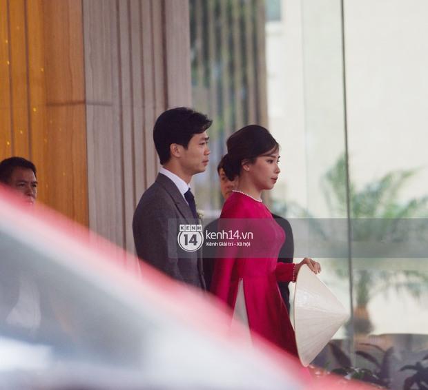 Vì sao vợ Công Phượng lại cầm nón che bụng trong đám cưới? - Ảnh 3.