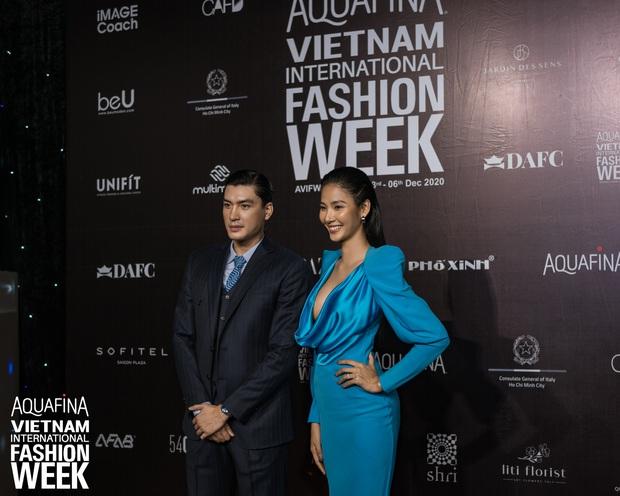 Á hậu Ngọc Thảo mang biểu cảm sắc lạnh nổi tiếng lên thảm đỏ, Khánh Linh gây sốt với mẫu khẩu trang độc lạ tại Aquafina Vietnam International Fashion Week ngày 1 - Ảnh 19.